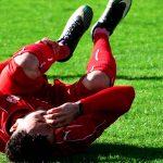 futbolista en el suelo con una lesión